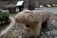 تصویر انتقال قوچ سنگی کشف شده در روستای انباردان بستان آباد به اداره کل میراث فرهنگی آذربایجان شرقی
