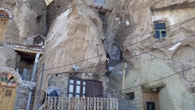 تصویر تعویض ۴۰ درب فلزی خانه های سنگی روستای ملی کندوان به درب چوبی