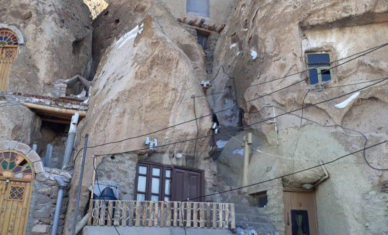 تعویض ۴۰ درب فلزی خانه های سنگی روستای ملی کندوان به درب چوبی