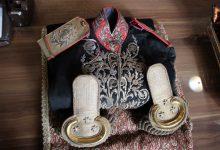 تصویر اهدا لباس سرتیپی ۱۱۶ ساله به موزه قاجار تبریز