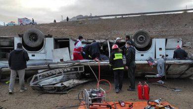 تصویر خانه مطبوعات در کنار آسیب دیدگان حادثه واژگونی اتوبوس خبرنگاران