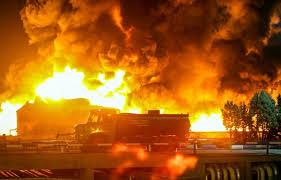تصویر آتش گرفتن اتوبوس در آزادراه تهران-قم/ ۲۰ مسافر نجات یافتند